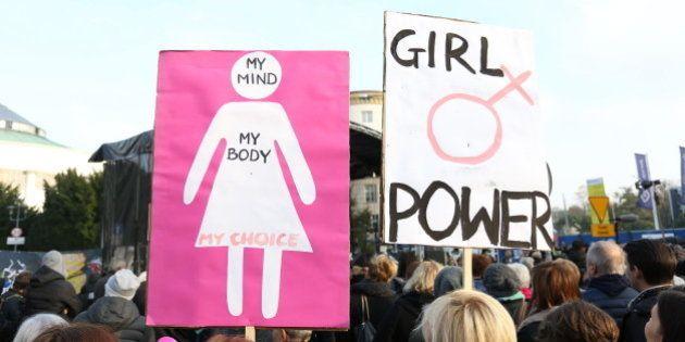 Mulheres protestam por direitos reprodutivos.