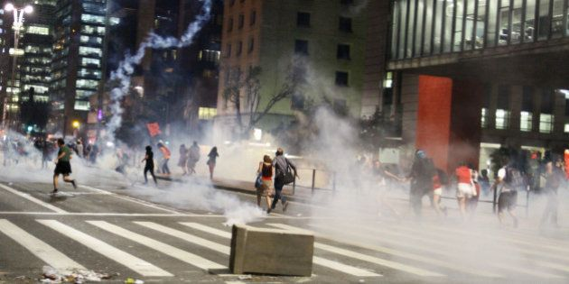 The military police launched tear gas against demonstrators. Militants of fronts