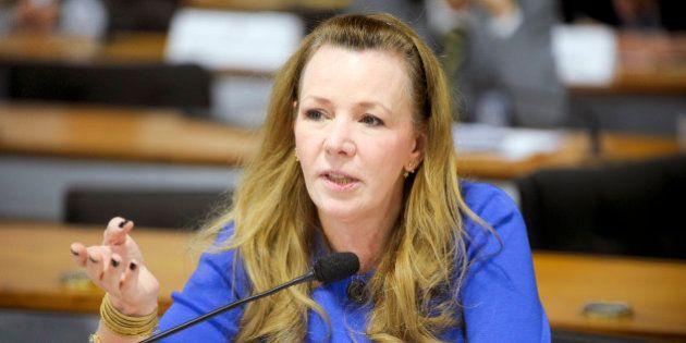 Vanessa Grazziotin é hostilizada por grupo pró-impeachment em voo para