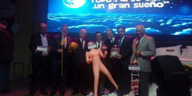 Empresário dá boneca inflável para ministro junto a recado para 'estimular a