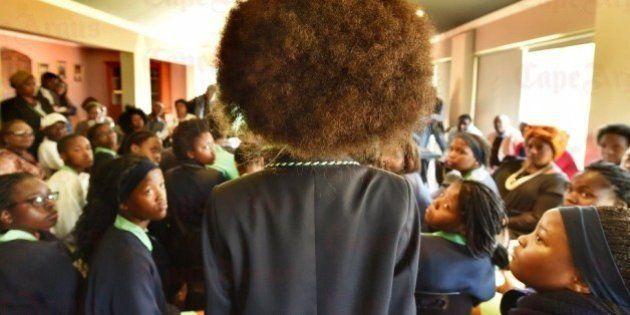Estudantes da África do Sul protestam contra regras de escola que proíbe o 'black