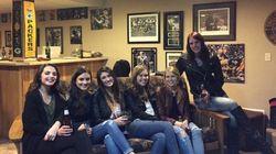 Seis amigas e 10 pernas: Foto ganha a internet por um 'detalhe'