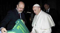Papa Francisco ganha camiseta da Chape de Natal