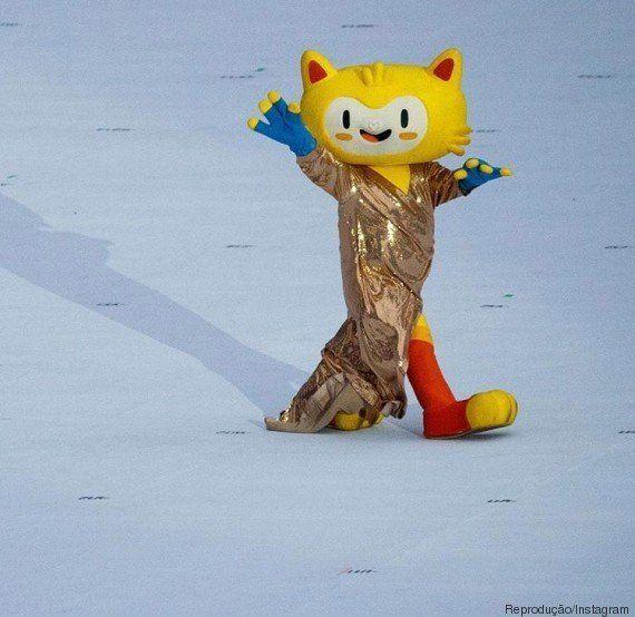 Mascote da Rio 2016 rouba a cena na cerimônia da Paralimpíada com vestido de Gisele