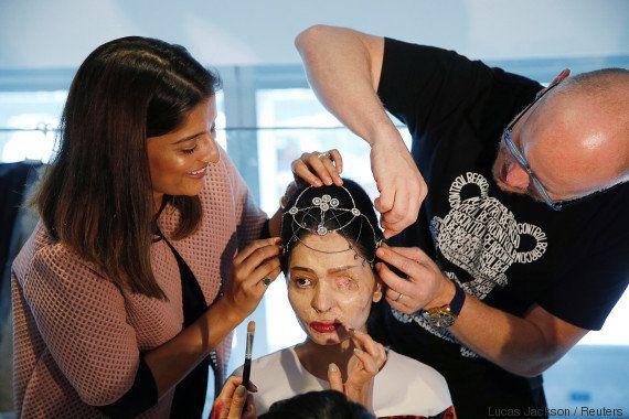 Sobrevivente de ataque com ácido, Reshma Qureshi rouba a cena na Semana de Moda de Nova