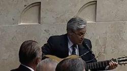 ASSISTA: Caetano canta Hino Nacional na posse de Cármen Lúcia no STF e é aplaudido por