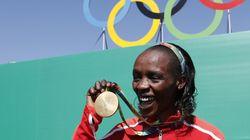 Queniana que bateu recorde na São Silvestre venceu em Londres após machucar a