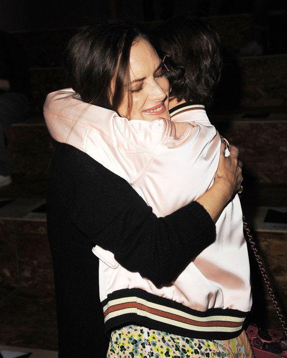 Estrelas de 'Stranger Things', Winona Ryder e Millie Bobby Brown se reecontram durante o Nova York Fashion