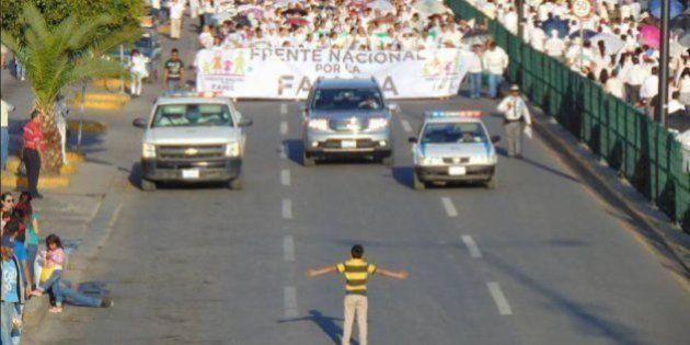 Queria ter sido o menino que desafiou os manifestantes homofóbicos no