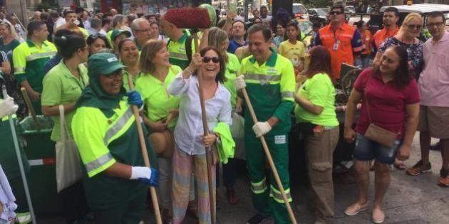 Regina Duarte ajuda Doria a varrer a Avenida Paulista: 'É participando que nos tornamos cidadãos de