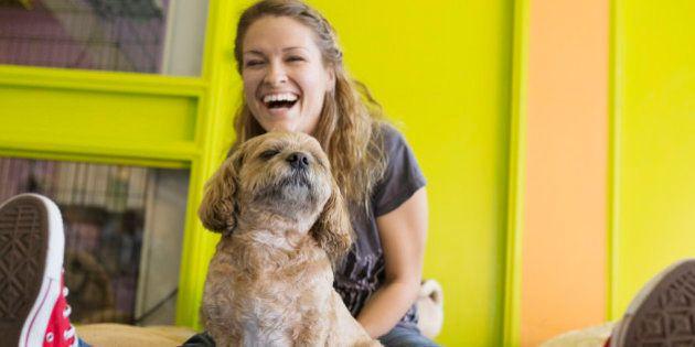 Falar com 'voz de bebê' com cachorro só funciona enquanto ele for