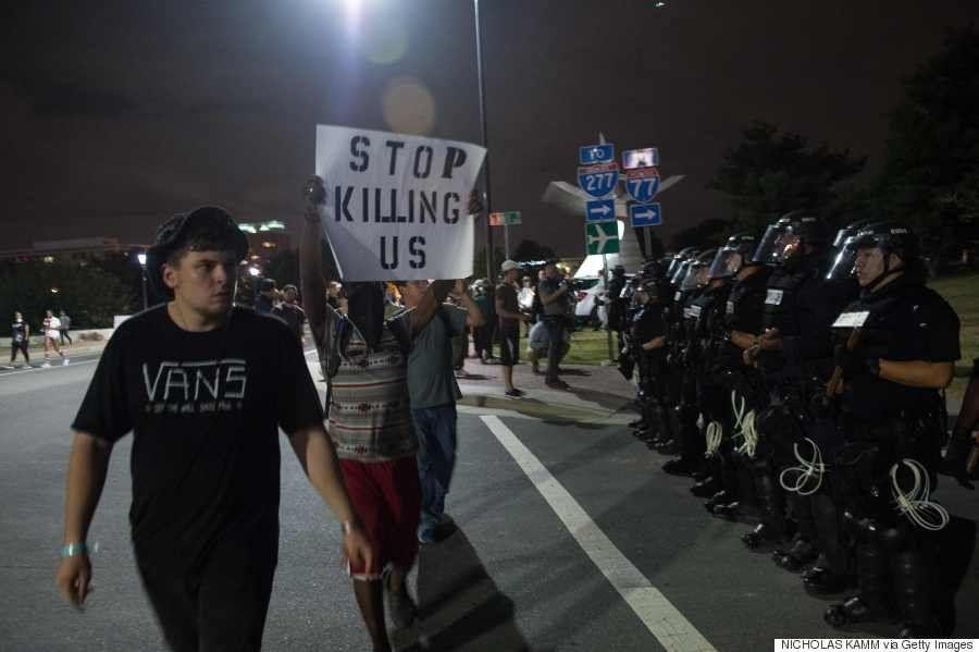 Mesmo com toque de recolher, moradores fazem manifestações nas ruas de