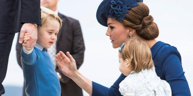 William e Kate desembarcam com George no Canadá, na primeira viagem de