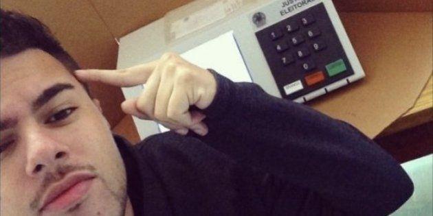 Tirar selfie na hora de votar é proibido e pode acarretar prisão do