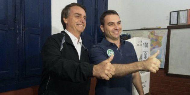 Ao lado do pai, Flavio Bolsonaro é hostilizado ao votar no