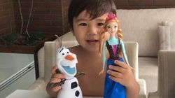 ASSISTA: Garotinho fica feliz da vida após ganhar boneca do filme