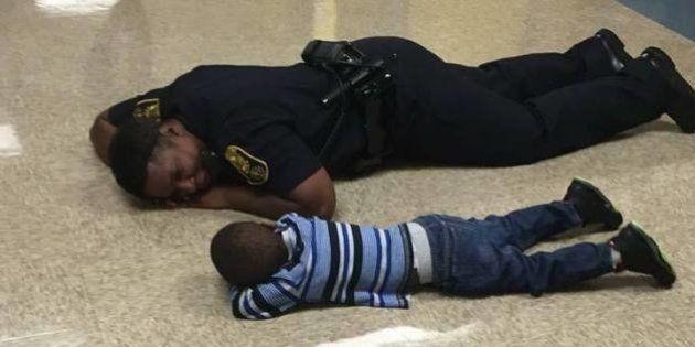 Um policial encontrou a maneira perfeita para ajudar uma criança