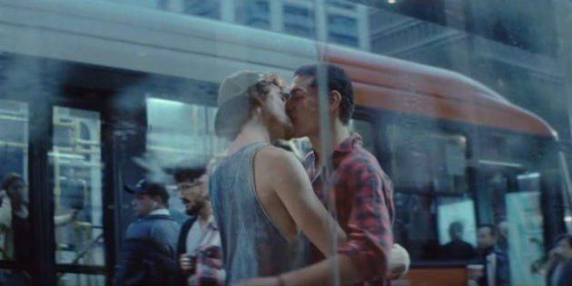 Marca de cerveja traz beijo gay e provoca consumidores a ser quem eles