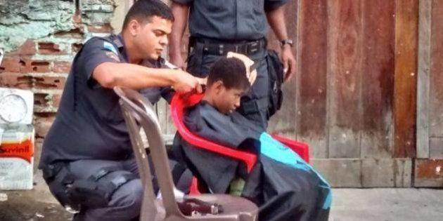 PM corta cabelo de crianças no Morro do São Carlos e foto