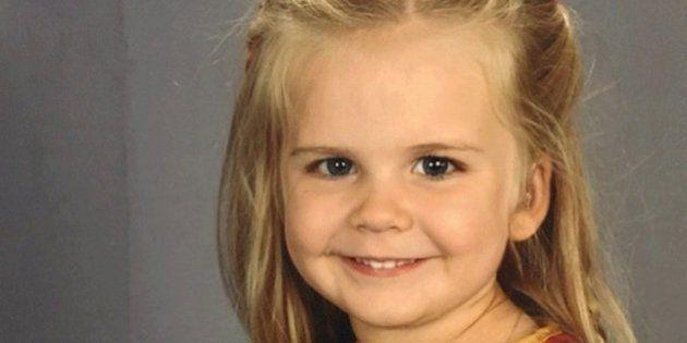 Esta garotinha escolheu a MELHOR roupa para a foto de álbum de