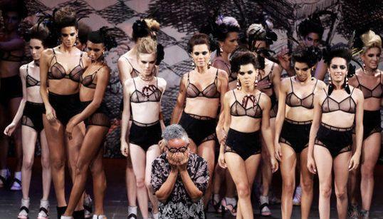 Ronaldo Fraga leva modelos trans para passarela da SPFW em ato pelo fim da