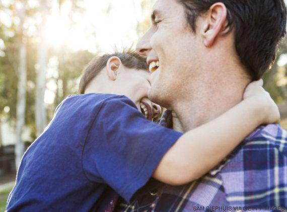 O toque dos pais transforma o cérebro do bebê, afirma