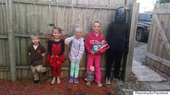 Garotinha se fantasia de mãe exausta para o Halloween e bomba nas redes