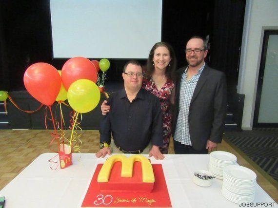Funcionário do McDonald's com síndrome de Down comemora 30 anos no