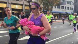 Supermãe: Esta maratonista amamentou filha de 9 meses em plena prova de
