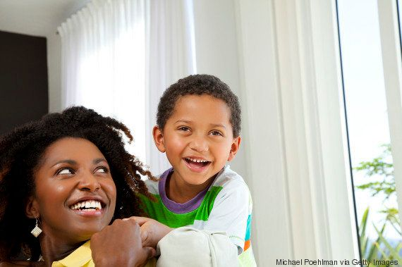 Mulheres são mães cada vez mais tarde, aponta IBGE. Mas ainda ficam com filhos após