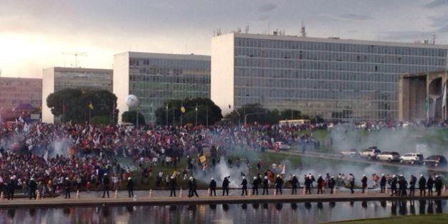 Manifestantes contra teto de gastos pedem 'Fora, Temer' em frente ao