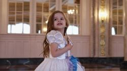 Garotinha de 4 anos é puro amor ao cantar trilha sonora de 'A Bela e a