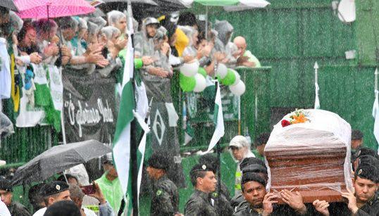 'O campeão voltou': A emoção dos torcedores da Chapecoense no último adeus aos