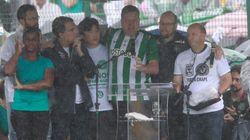Emocionado, prefeito de Chapecó discursa vestindo camisa do Atlético