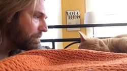 ASSISTA: Dono 'se vinga' de gato que o acorda com miados todas as