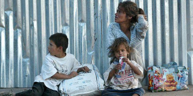Tegucigalpa, HONDURAS: Una mujer con su dos hijos pide limosna en el centro de Tegucigalpa, el 22 de...