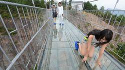 ASSISTA: Ponte de vidro a 180 metros do chão é inaugurada na