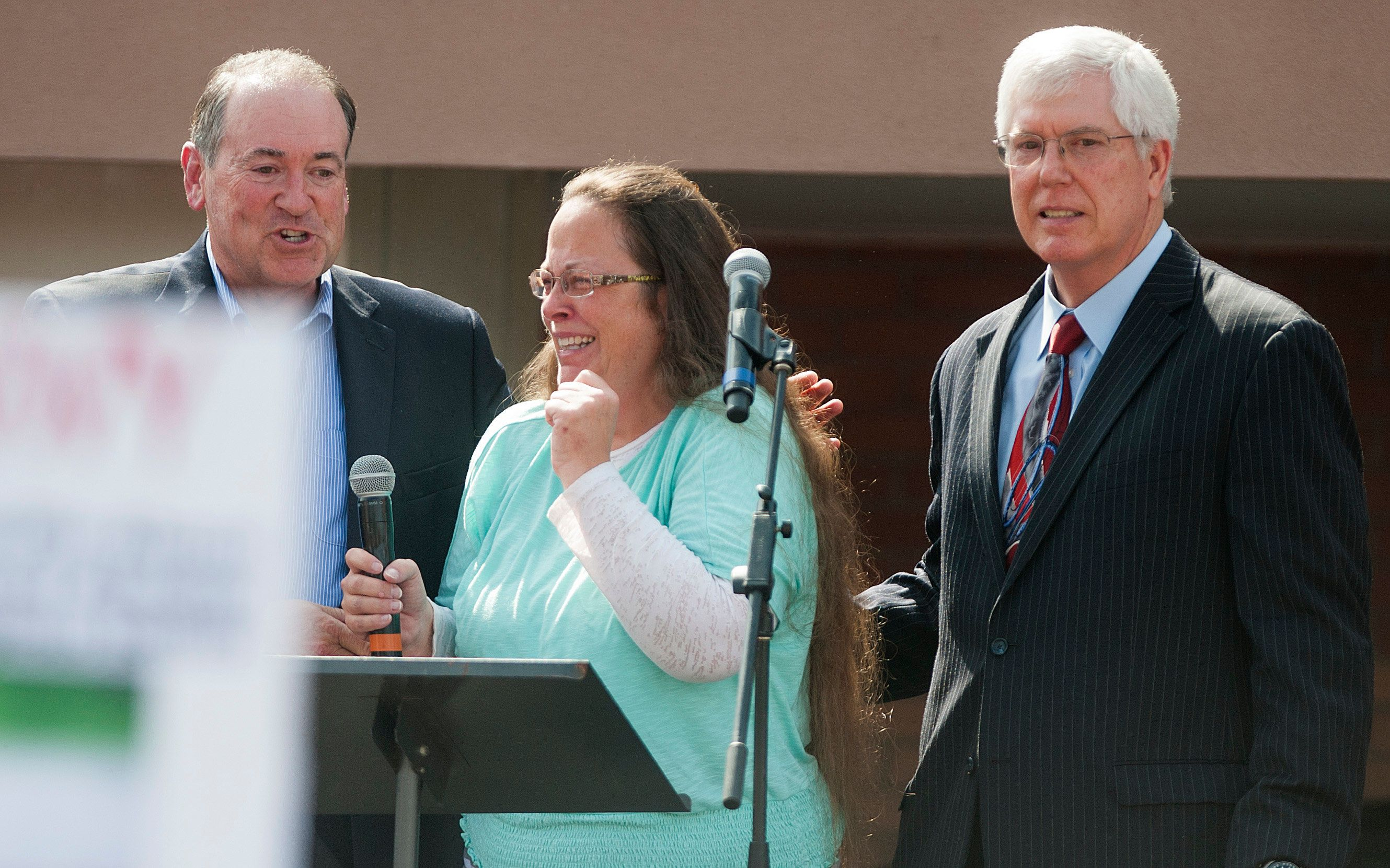 GRAYSON, KY - SEPTEMBER 8:  Rowan County Clerk of Courts Kim Davis stands with her attorney Mat Staver (R) and Republican presidential candidate Mike Huckabee (L) in front of the Carter County Detention Center on September 8, 2015 in Grayson, Kentucky. Davis was ordered to jail last week for contempt of court after refusing a court order to issue marriage licenses to same-sex couples. (Photo by Ty Wright/Getty Images)