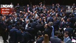 'Renúncia, renúncia!', pedem parlamentares em coro na Câmara dos