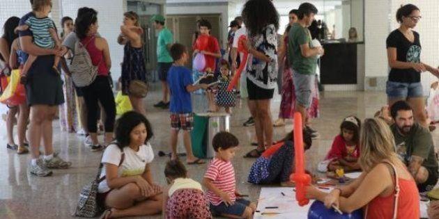 Elas foram proibidas de brincar em prédio de Brasília. E a resposta foi
