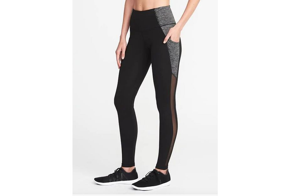 e736416c828ba8 13 Yoga Pants With Pockets That'll Make Your Workout SO Much Better ...