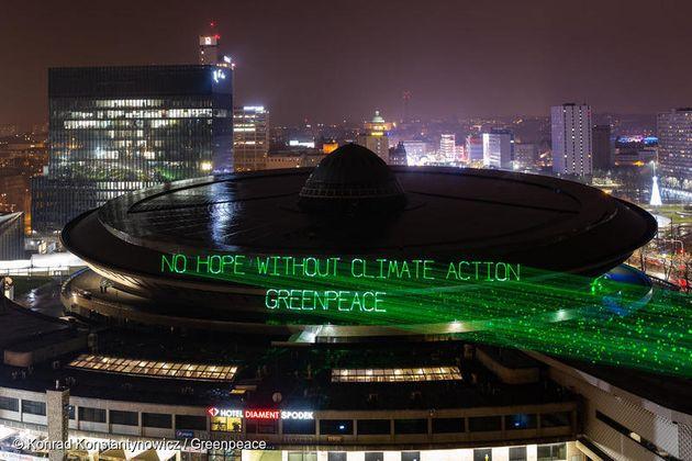 제24차 유엔기후변화협약 당사국 총회가 열린 폴란드 카토비체에서 회의장 건물에 그린피스가 기후변화 대응위한 메시지를 투사하고