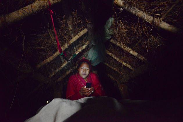 오두막에서 휴대폰을 들여다보고 있는