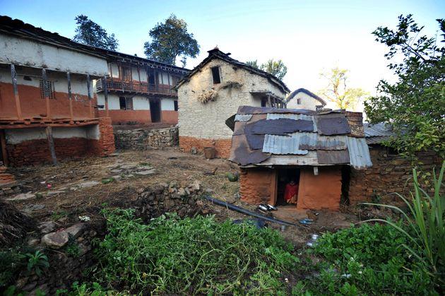 네팔에서 생리 때문에 헛간에 격리된 여성과 아이 2명이 숨진 채