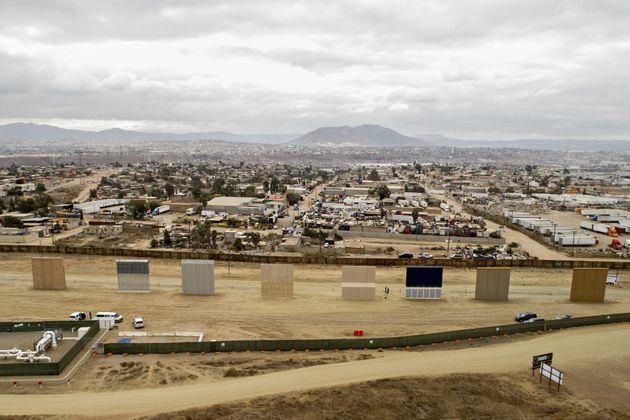 샌디에이고(미국)와 티후아나(멕시코) 인근에 세워진 미국-멕시코 국경 장벽 시제품 8종의 모습. 2017년