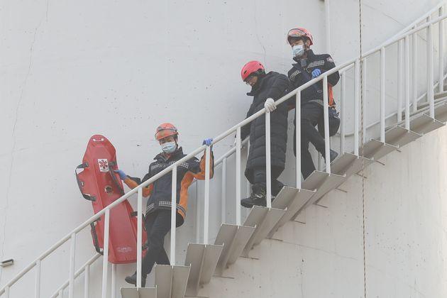 파인텍 사무장 박준호씨가 서울 양천구 서울열병합발전소 굴뚝에서 내려오고