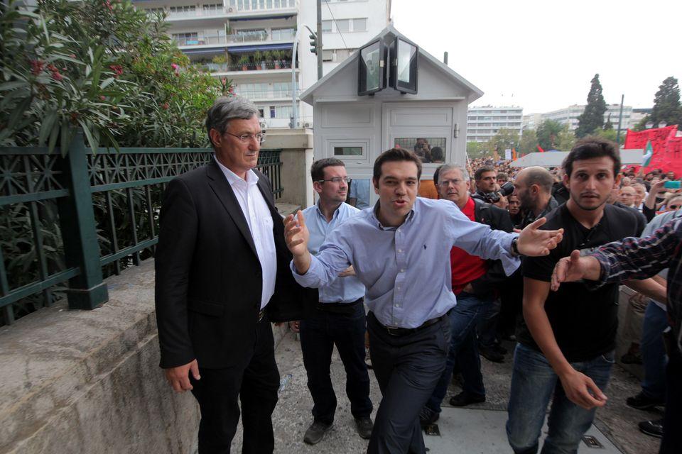 O πρόεδρος της ΚΟ του ΣΥΡΙΖΑ, Αλέξης Τσίπρας μαζί με τον πρόεδρο του Die Linke, Μπερντ Ρίξιγκερ, στο συλαλλητήριο υποδοχής της Άνγκελα Μέρκελ (Σεπτέμβριο 2010)