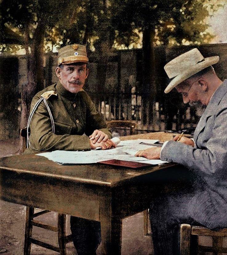 Ο βασιλιάς Κωνσταντίνος και ο πρωθυπουργός Βενιζέλος συνεργαζόμενοι, στη διάρκεια του Β' Βαλκανικού Πολέμου.Στρατηγείο του Χατζή-Μπεηλίκ, Ιούνιος 1913