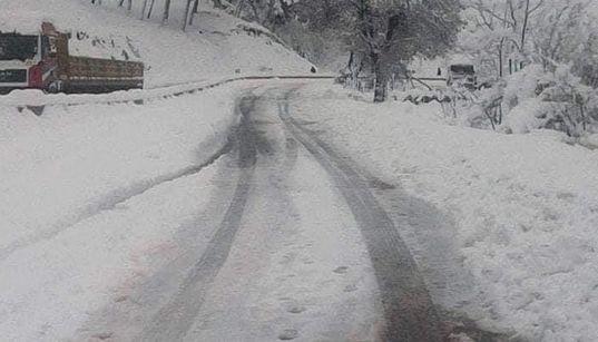 Intempéries : plusieurs routes coupées par la neige dans 9 wilayas du