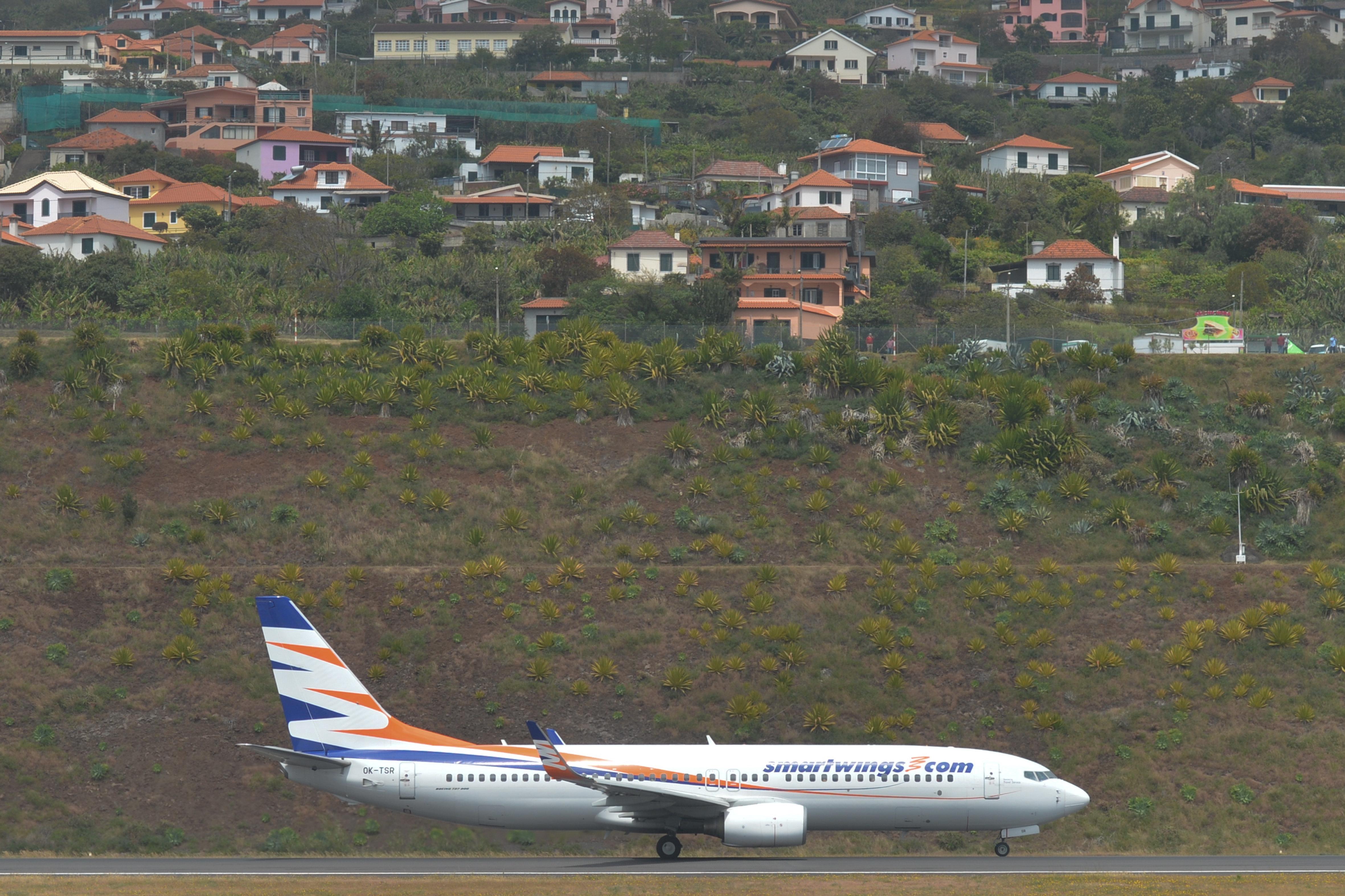 Flugzeug kommt mit 47 Passagieren von Startbahn